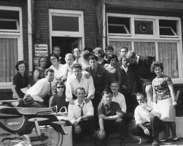 """""""Reisetruppe"""" mit ihren holländischen Gastgebern"""