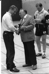Siegerehrung: durchgeführt durch Günter Pawlitke an den Guts-Muts-Spielführer, rechts Ehmens Spielführer Wilhelm Grohn.