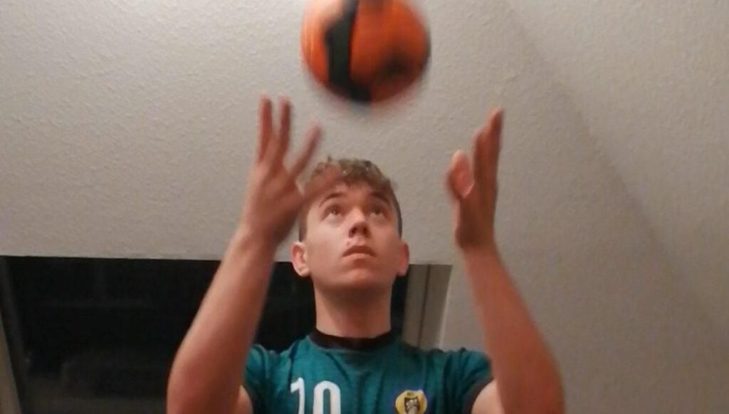 Ball hinterm Rücken fangen